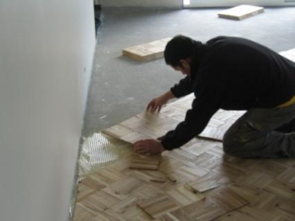 Opbouw massieve parketvloer ondervloer lijmen of niet for Vijverfolie lijmen op beton
